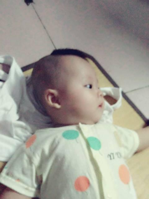 四个月的宝宝_宝宝总是拉肚子绿色的 吐奶是酸
