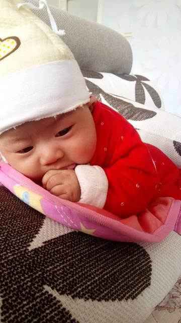 宝宝的手总是抓自己的脸怎么办_快三个月了,宝