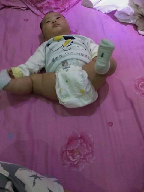 宝宝四个半月啦,腿一直这样分开长大会不会长不直啊图片